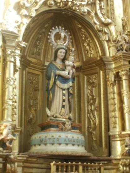Bajo la presencia de Nuestra Señora, la de Allende el río, y de su Hijo, que nos observan desde la hornacina central del retablo barroco.