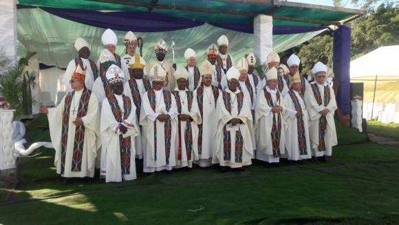 Foto de grupo de Mons. Jwara con todos los obispos asistentes al acto.