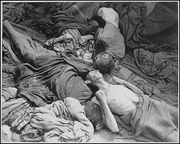 Con rapidez, las autoridades del campo destinaron unas barracas como enfermería, que aislaron del resto de barracas. Expuestos a la enfermedad, sin protección alguna, los enfermos morían como mueren las moscas. Según una estadística del campo, el término medio de defunciones diarias alcanzaba el centenar.